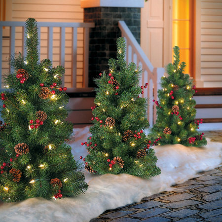 classic lighted outdoor christmas tree - Classic Outdoor Christmas Decorations